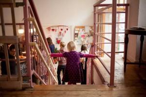 Eine Vorschau auf die Praxis: Im Kindercafé Panama erprobten wir unser Konzept. Während die Kinder auf einer Ebene betreut wurden, konnten die Eltern wenige Treppenstufen höher konzentriert arbeiten.